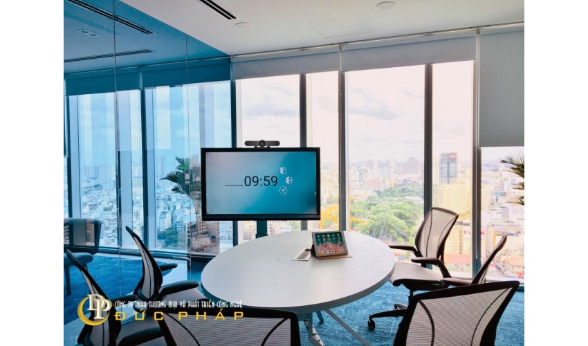 Phòng họp trực tuyến của 1 doanh nghiệp quận 1 sử dụng màn hình tương tác thông minh ViewSonic IFP6550