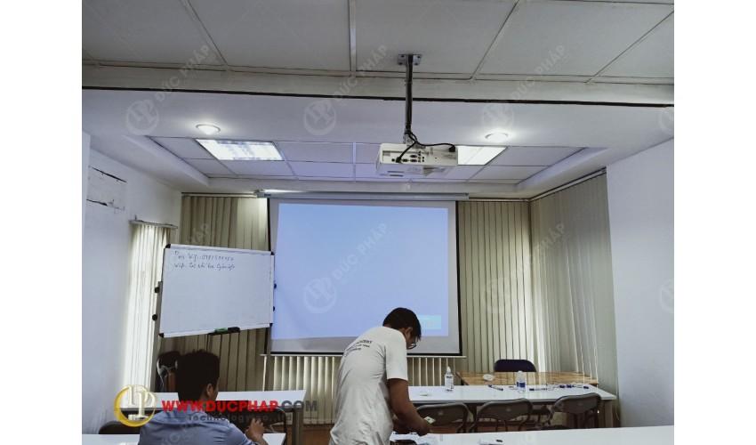 Thi công lắp máy chiếu, màn chiếu tại lớp dạy thêm